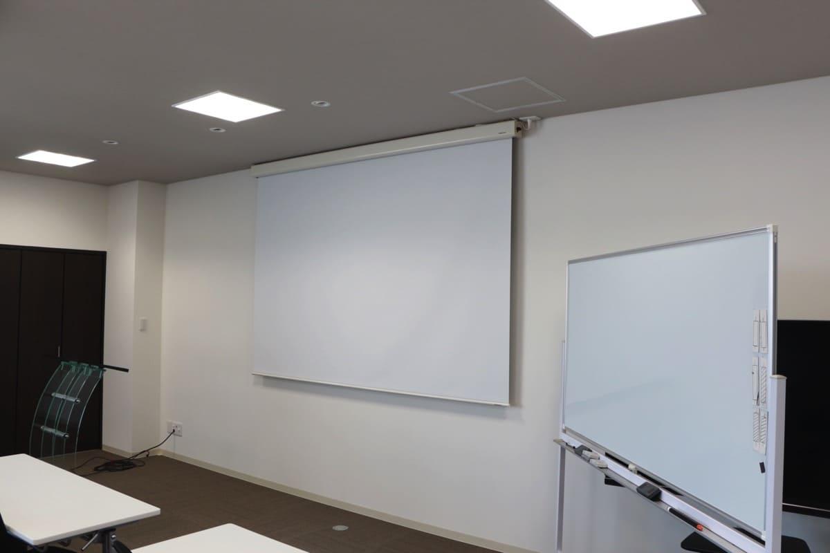 トレーディングスクールのセミナールームにスクリーン導入いただきました