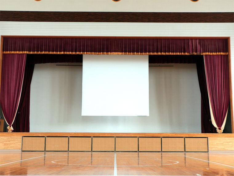 小学校の体育館に横幅4mのケース付き電動スクリーンを導入いただきました