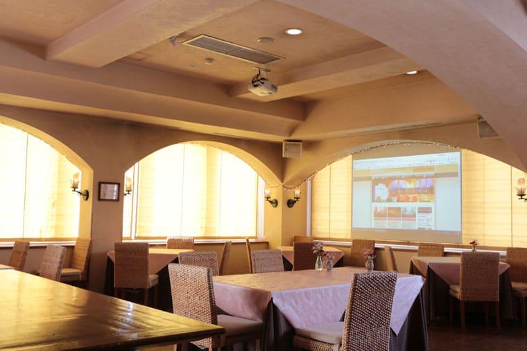 レストランウェディングや結婚式の2次会に!ホテル8Fレストランに電動スクリーン導入いただきました!