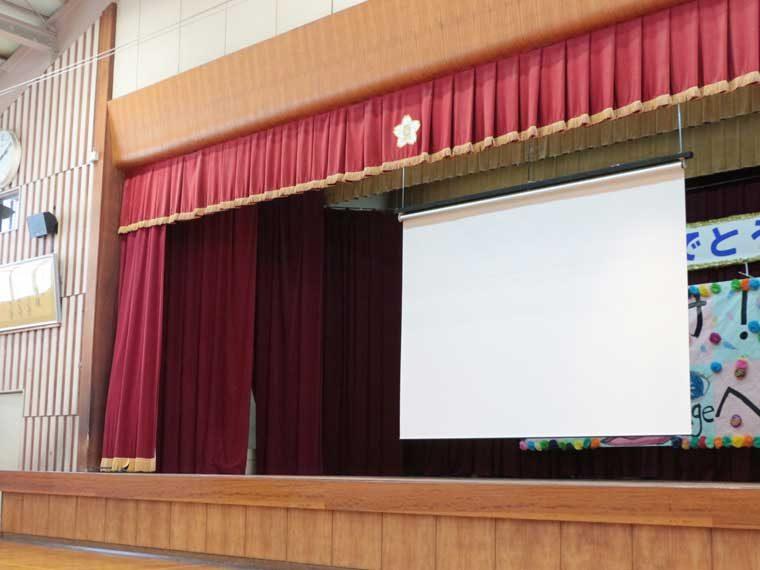 福井市内の小学校の体育館に入れ替えで電動スクリーンを導入いただきました