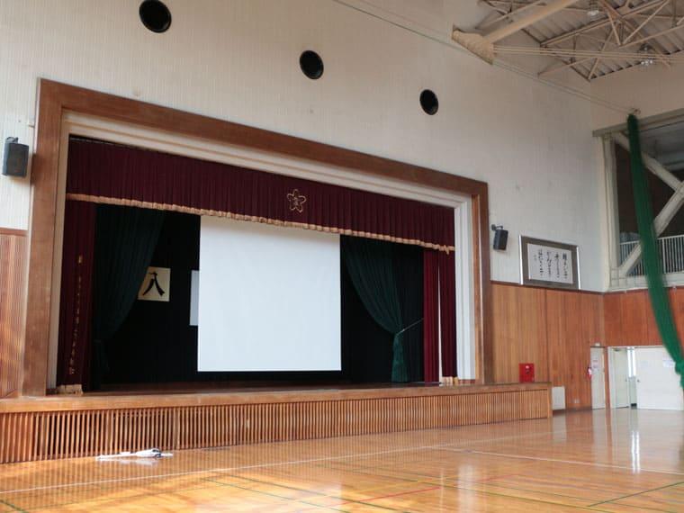 福井市内の小学校様に190インチの電動スクリーンを導入いただきました!