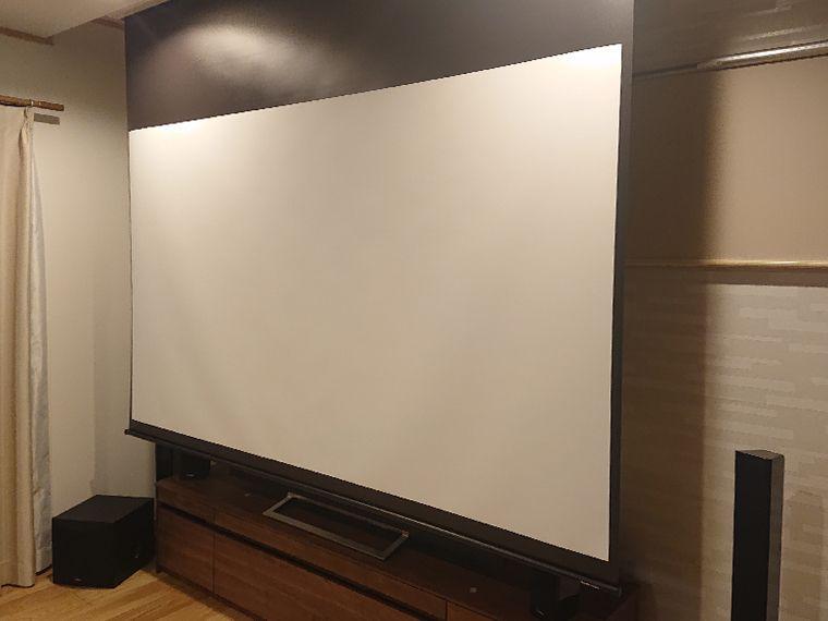 ホームシアターのスクリーン降ろした時の斜めからの画像