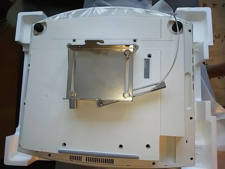 ソニーVPL-VW275にプレートを取り付けた状態