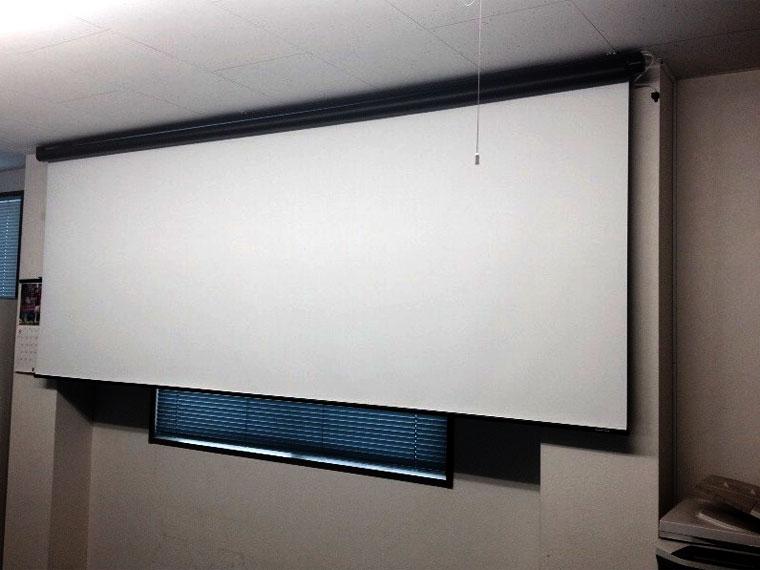 BENQ MW769天吊設置と電動スクリーン設置、特に苦労する事は無かったです