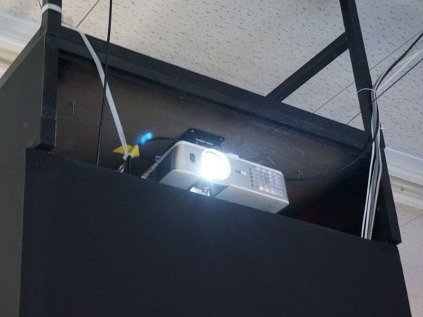 イベント用プロジェクターに天吊金具スパイダー2が採用されています。