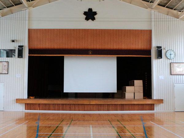 小学校の体育館に電動200インチスクリーンを導入いただきました!