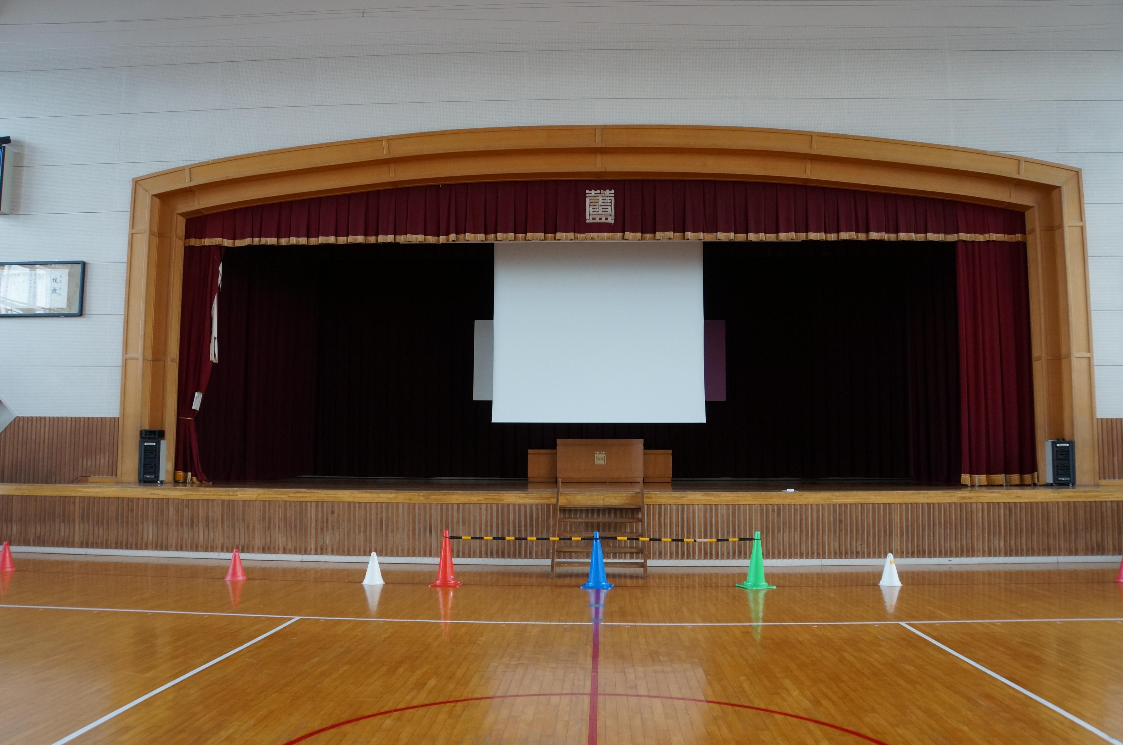 小学校の体育館ステージに190インチの電動スクリーンを導入いただきました!