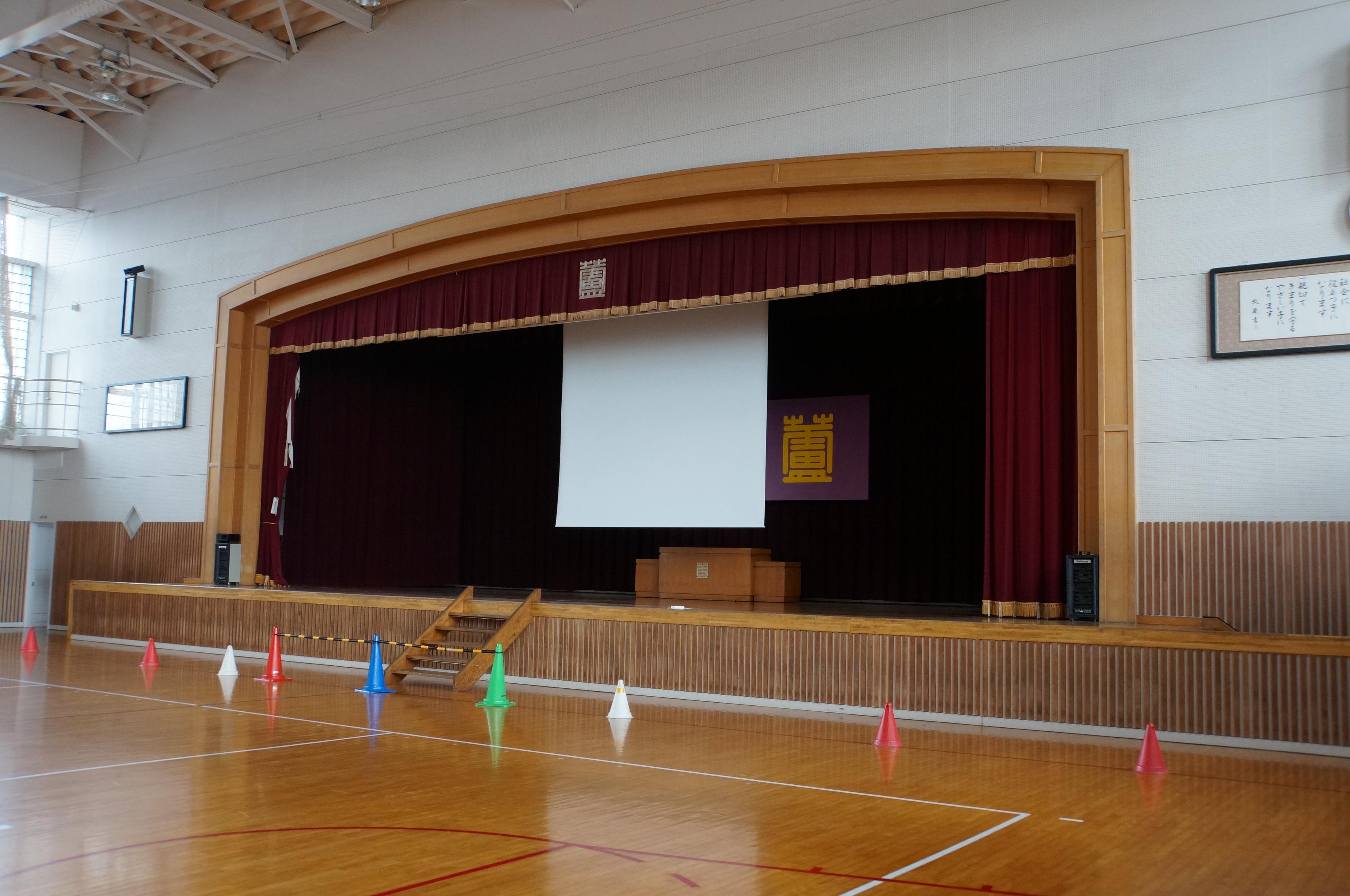 小学校にスクリーン設置