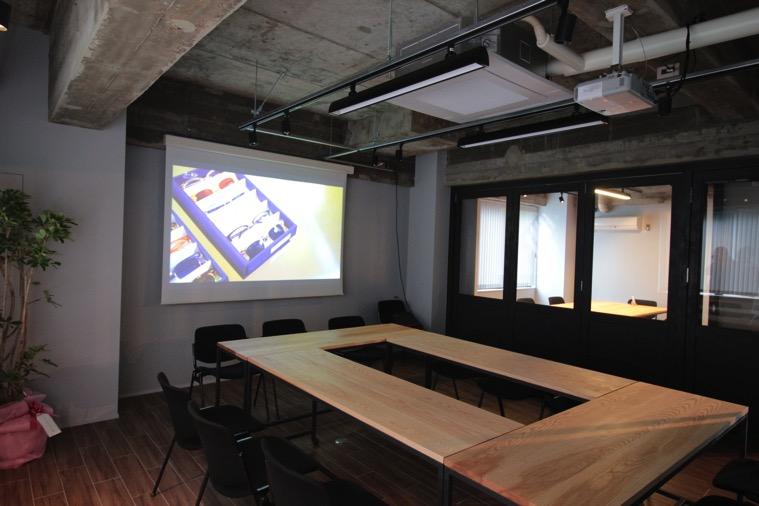 ミーティングスペースに100インチ電動スクリーンを導入いただきました
