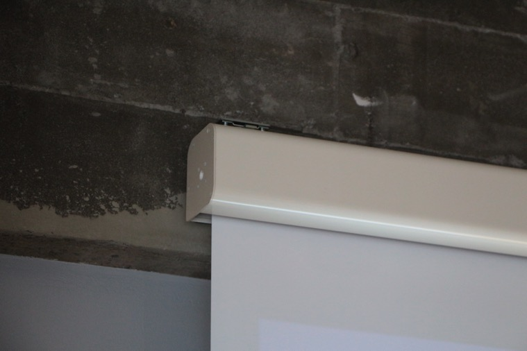 壁にスクリーン固定