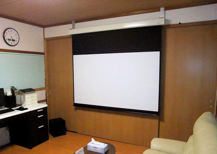 アルミの板を加工しスクリーンを壁付け