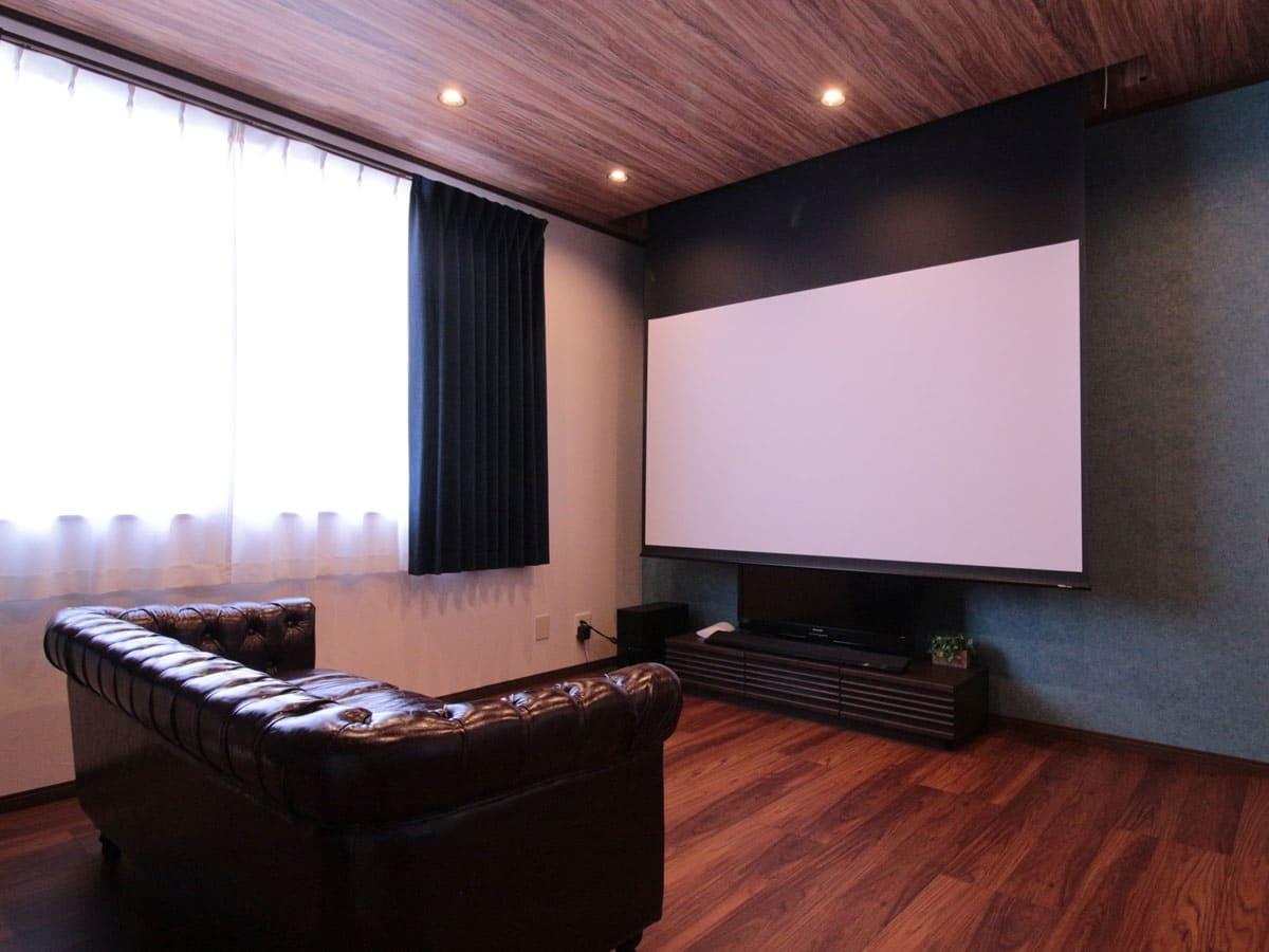 リビングに100インチの電動スクリーンを導入してホームシアターを楽しむ