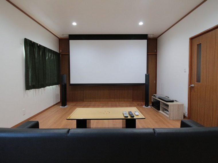子供部屋をリフォームし電動100インチの大画面スクリーンを導入