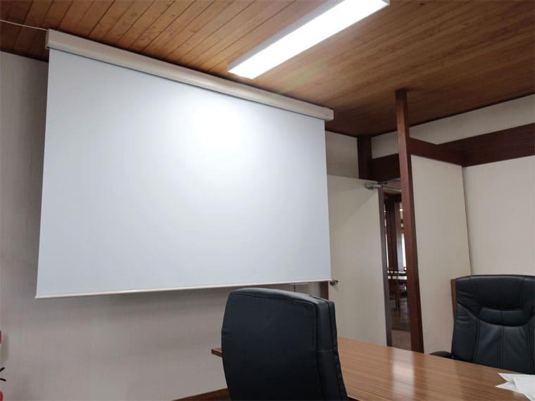 120インチの電動スクリーンをゴルフクラブの会議室に導入いただきました