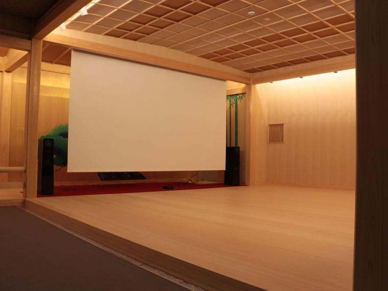 180インチの大画面!能楽師の稽古場でお稽古や発表会の映像を投影