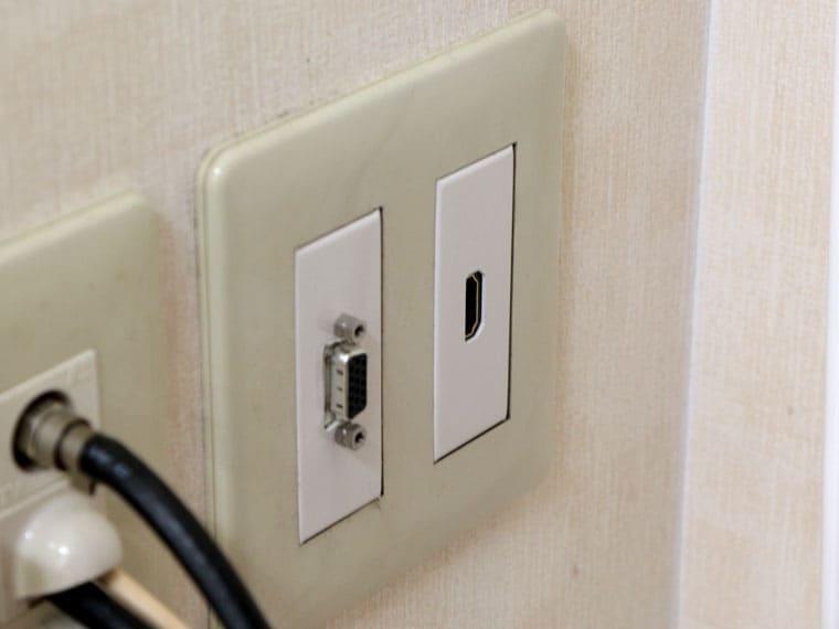 壁にケーブル接続端子