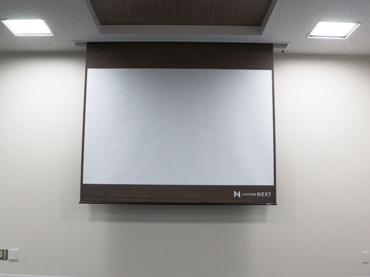 スクリーンの幕面を自由にデザイン!デザインマスクスクリーンを会社会議室に導入