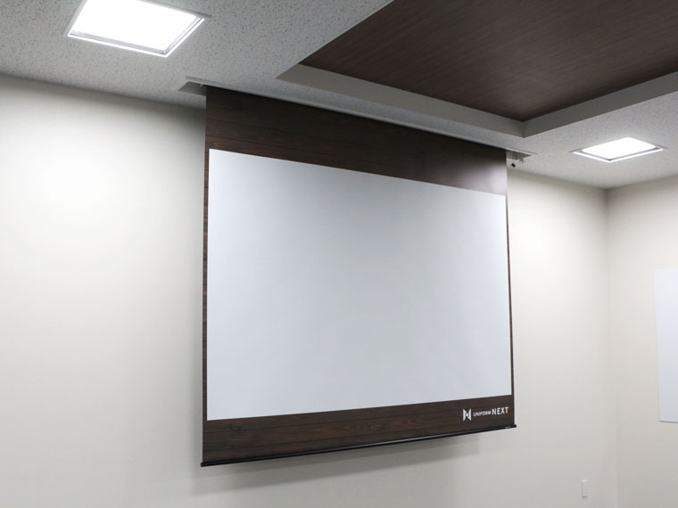 会議室に電動ケース付きスクリーン