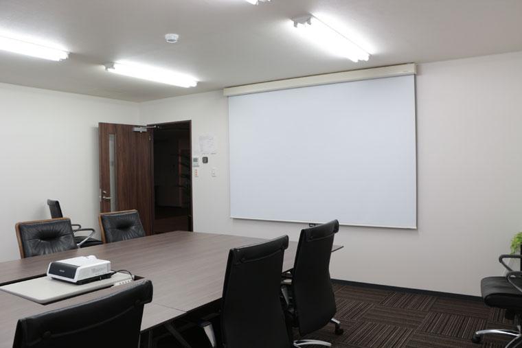 会議室に110インチ手動スクリーンを導入いただきました