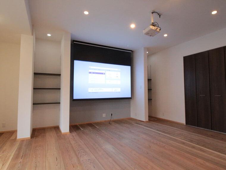 リノベーションした住宅に家族で楽しめる100インチのホームシアター