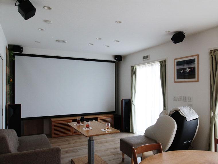 リビングに140インチの電動スクリーン!大画面でホームシアターを楽しむ