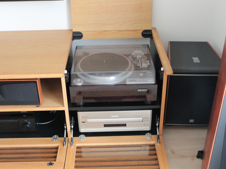 AVボード右側にはレコードプレーヤー