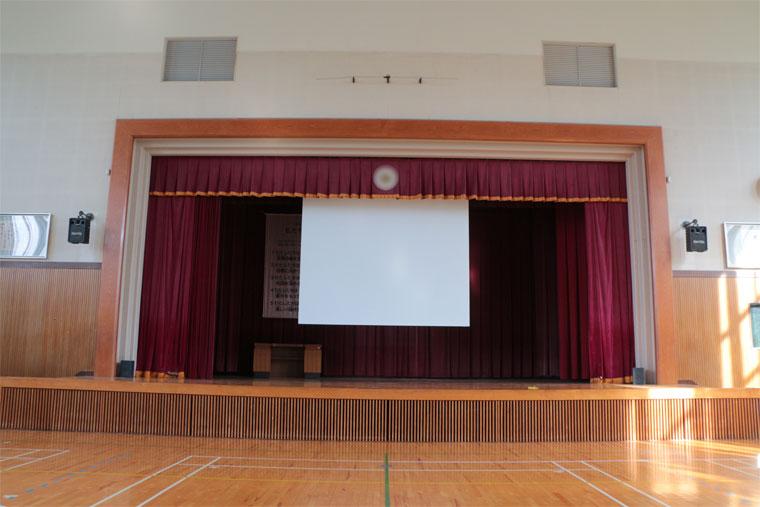 福井市内の小学校体育館に壁スイッチタイプの電動スクリーンを導入いただきました