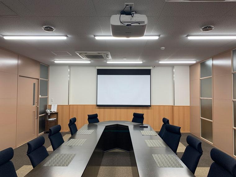 会社の会議室に100インチ電動スクリーンを導入いただきました
