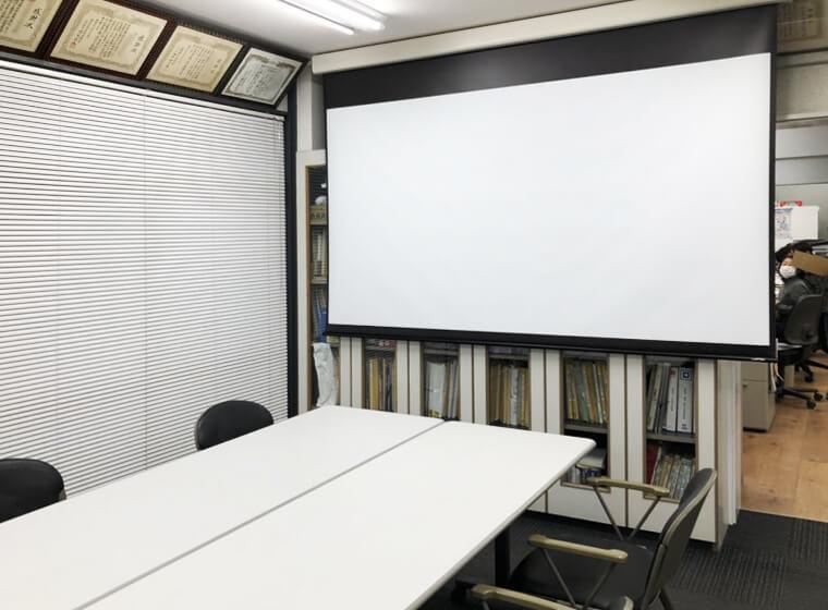 会議室に電動ケース付きスクリーンその2