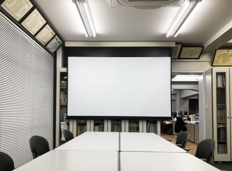 未使用時は目立たず収まっていて、スクリーンを出しても静かで素晴らしい!