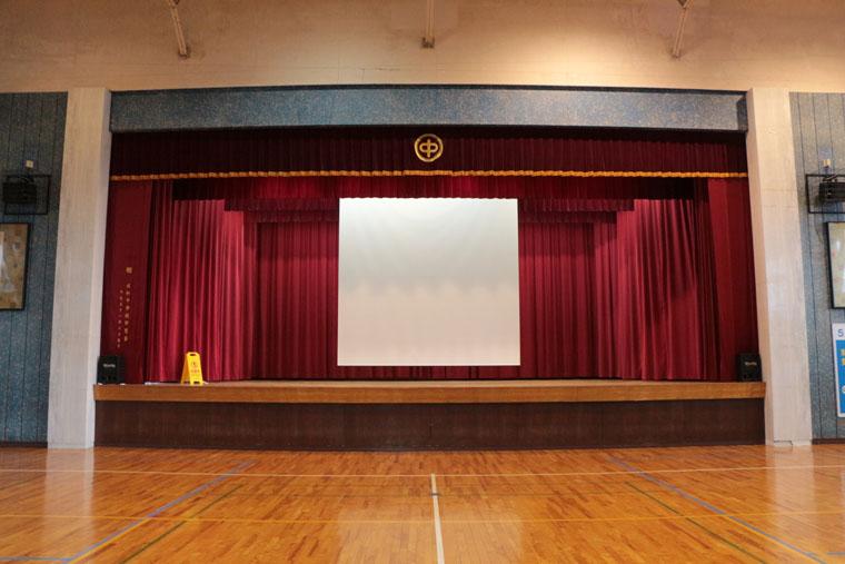 福井市内の中学校にて体育館にシアターハウスの190インチ電動スクリーン導入いただきました!