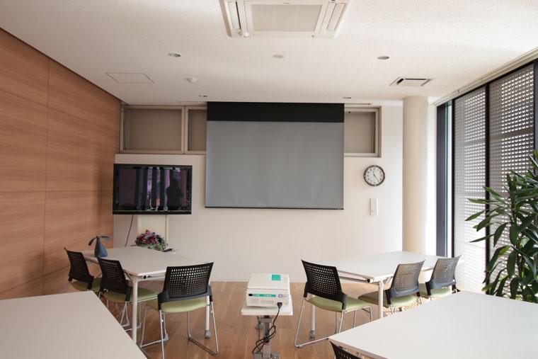 解放感のある食堂兼ミーティングスペースに100インチの電動スクリーンを導入いただきました