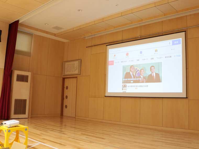 ホールのバトンにカンタンに設置できる160インチスクリーン