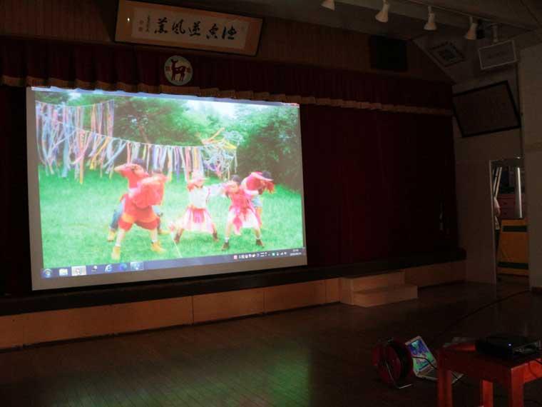 こども園のホールに150インチの手動スクリーンを導入いただきました