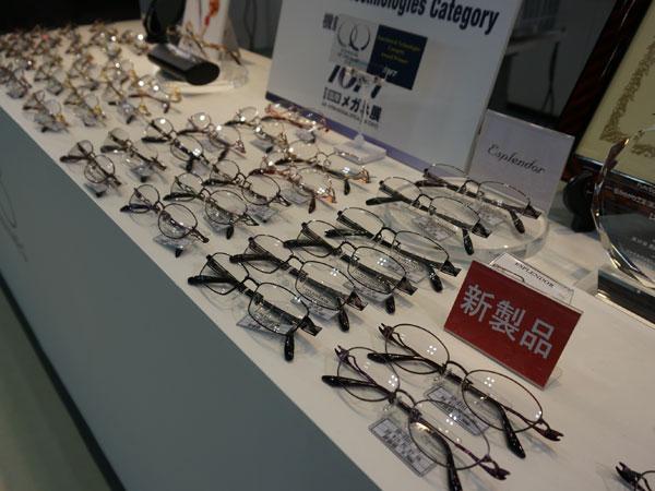 メガネが一同に